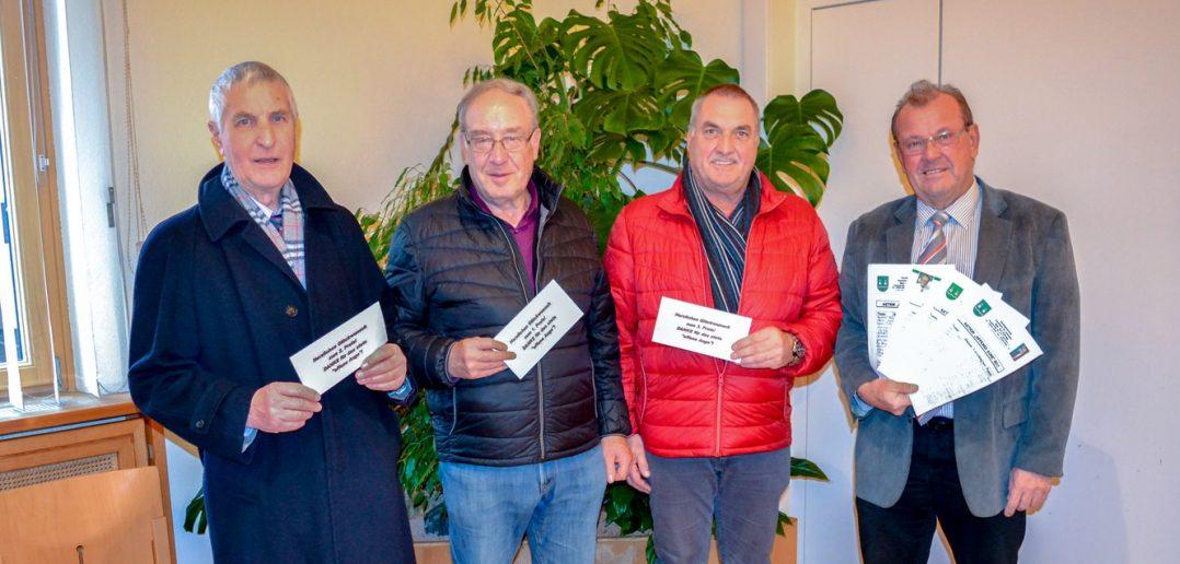 """Die 3 Gratulaten mit einem Gutschein in der Hand neben Bürgermeister Karl Dobnigg und den zahlreichen eingebrachten Meldungen bei der Aktion """"Offenes Auge"""""""