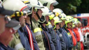 Feuerwehrleute stehen Spalier in einer Reihe