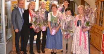 6 Teilnehmerinnen mit farbenprächtigen Orchideen und Bürgermeister Karl Dobnigg
