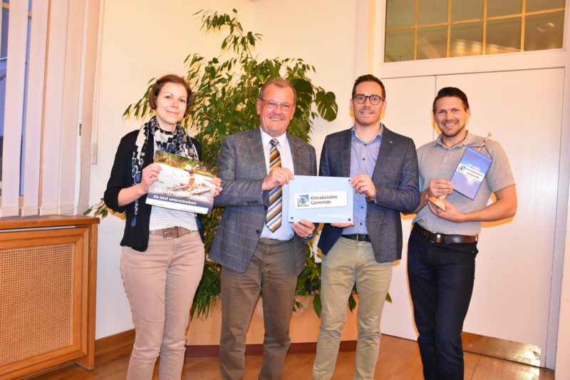 Cornelia Schuss, Karl Dobnigg, Friedrich Hofer und Markus Stabler mit einem Transparent zum Klimabündnis